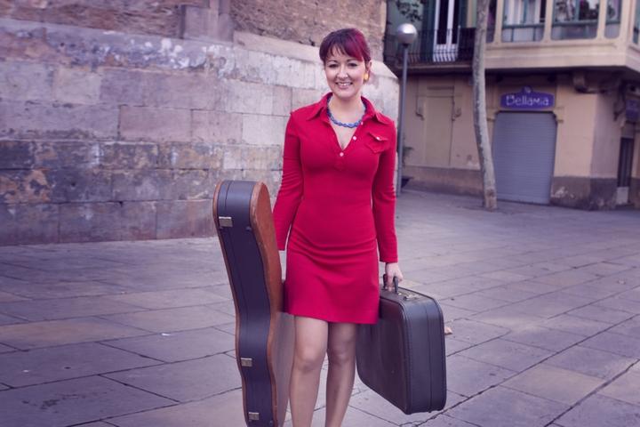 TroffaHamra con su guitarra y su maleta