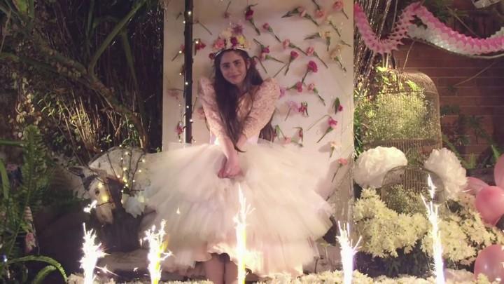 La quinceañera, con su vestido