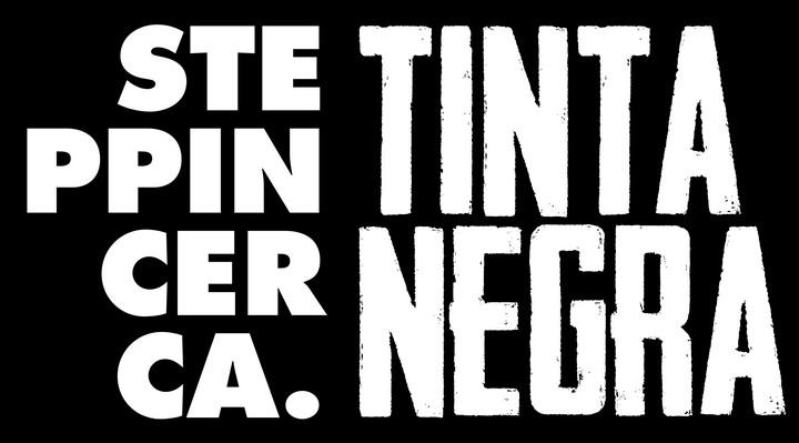 Logo de Steppin' Cerca y Tinta Negra