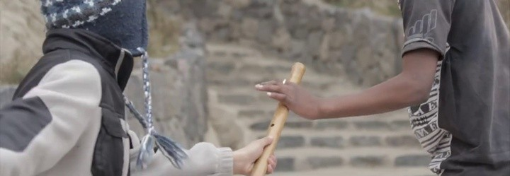 Le entrega el testigo a su hermano afroecuatoriano