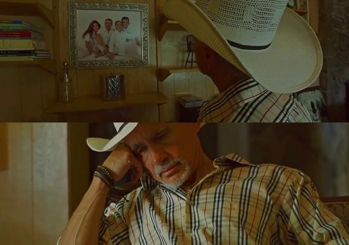 En la primera escena, el protagonista extraña a su familia.