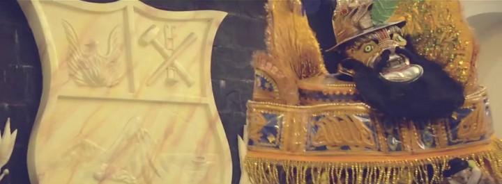 La figura del Moreno, al lado del escudo de Oruro
