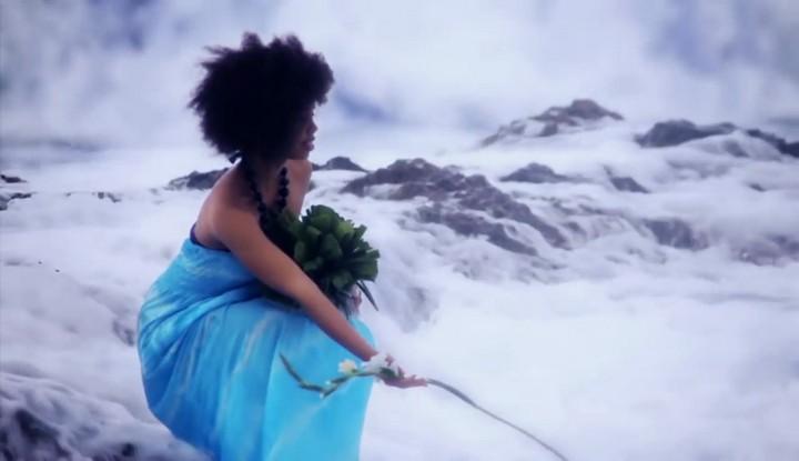 Ofrenda de flores blancas