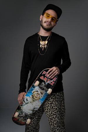 Riccie Oriach con su skateboard